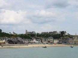 Cancale, la plage et l'eglise